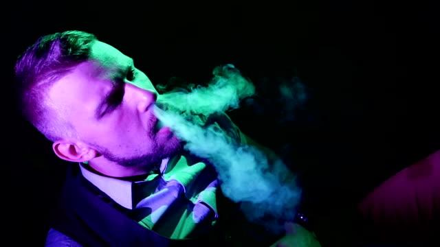 stockvideo's en b-roll-footage met man met waterpijp in shisha house. slow-motion. van bovenaf bekijken - alleen één mid volwassen man