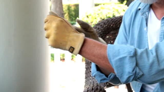 vídeos de stock, filmes e b-roll de mão de homem com feridas em fechar foto - punho