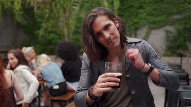 stockvideo's en b-roll-footage met mens met lang haar in de pub - lang haar