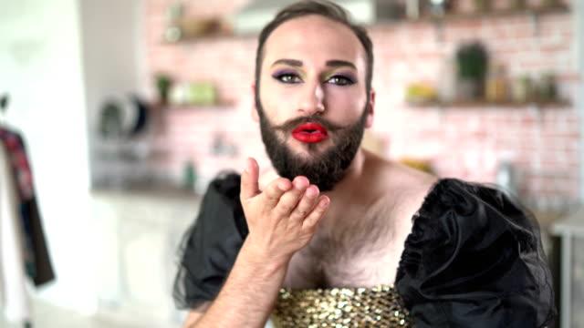 化粧とドレスの男 - 舞台化粧点の映像素材/bロール