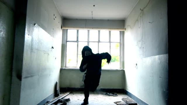 stockvideo's en b-roll-footage met man met masker en hoodie lopen naar de camera - street style