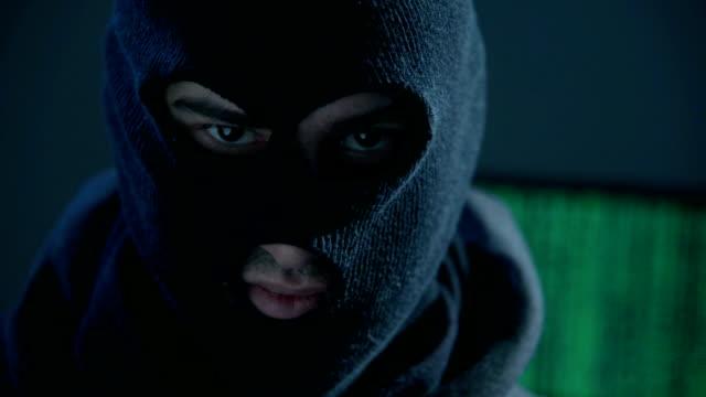 Man with mask looking at camera - vídeo