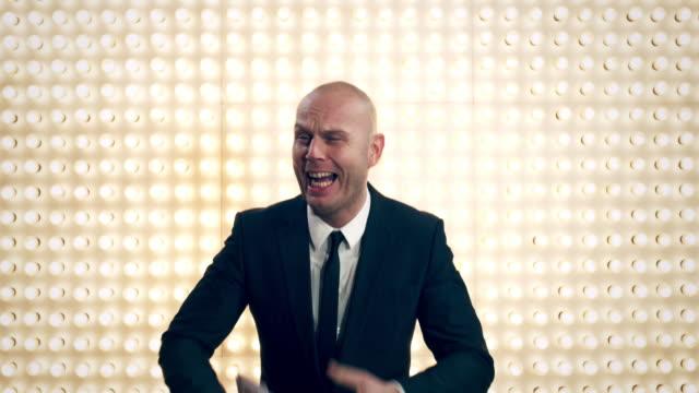 uomo con denaro davanti lightwall - simbolo dell'euro video stock e b–roll