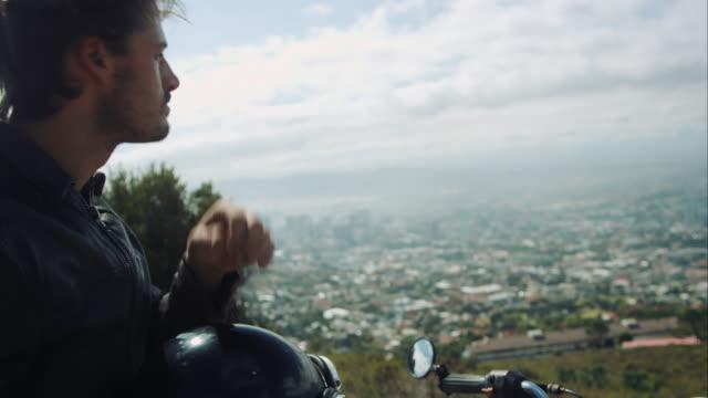 vídeos de stock e filmes b-roll de homem em motocicleta na estrada de montanha - helmet motorbike