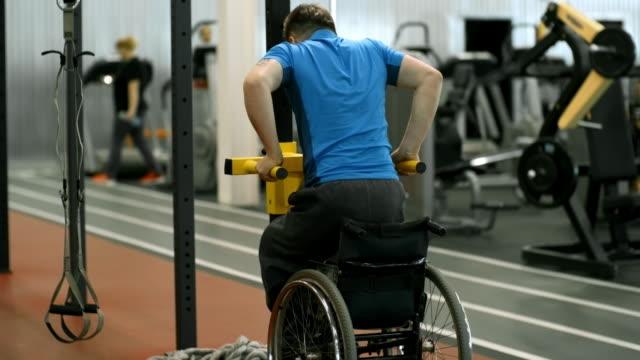 ディップを行う物理的な障害を持つ男 - 車椅子スポーツ点の映像素材/bロール