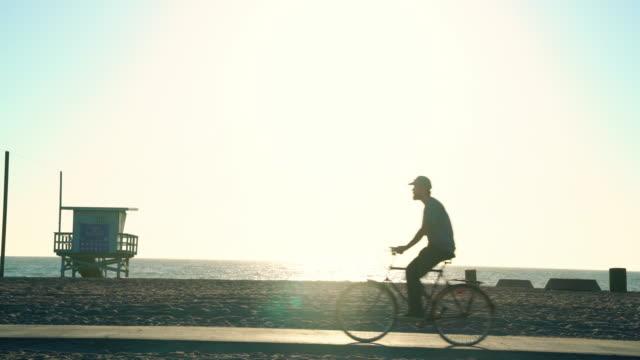 mannen med benprotes cykla på stranden - endast en man i 30 årsåldern bildbanksvideor och videomaterial från bakom kulisserna