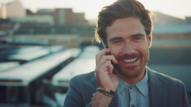 mannen med smartphone på taket - telekommunikationsutrustning bildbanksvideor och videomaterial från bakom kulisserna