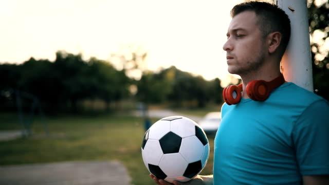 mannen med fotboll på stadsbilden. - walking home sunset street bildbanksvideor och videomaterial från bakom kulisserna