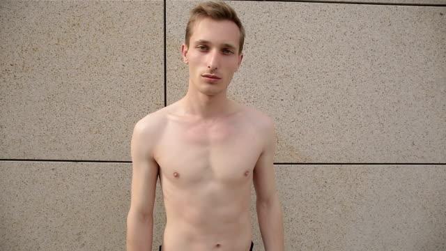 mann ohne hemd posieren für die kamera - nackter oberkörper stock-videos und b-roll-filmmaterial