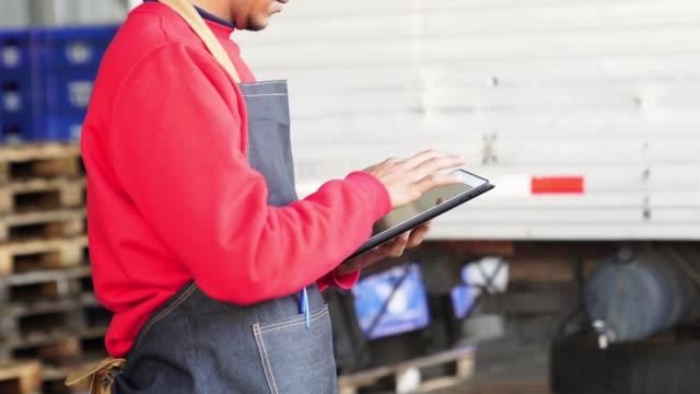 man working at a warehouse - prodotti supermercato video stock e b–roll