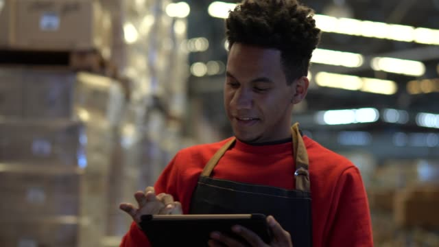 vídeos de stock e filmes b-roll de man working at a warehouse - supermarket worker