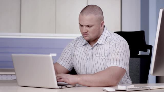 남자 작업 컴퓨터 - 보디 빌딩 스톡 비디오 및 b-롤 화면