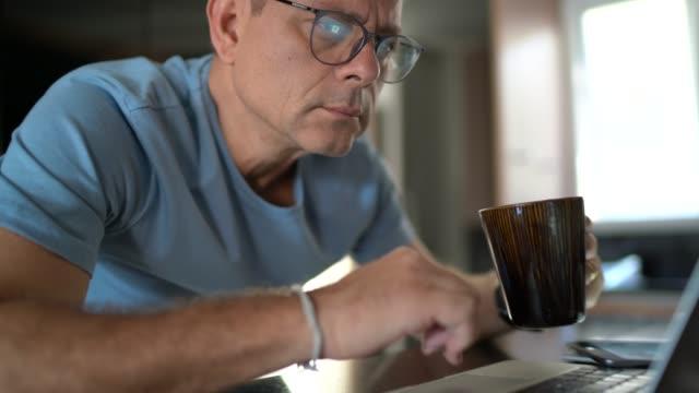 mann arbeitet von zu hause aus - wachsamkeit stock-videos und b-roll-filmmaterial