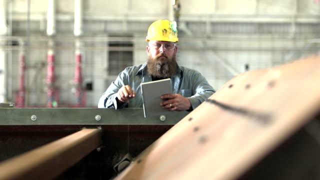 man som arbetar i fabriken inspektion utrustning - skägg bildbanksvideor och videomaterial från bakom kulisserna