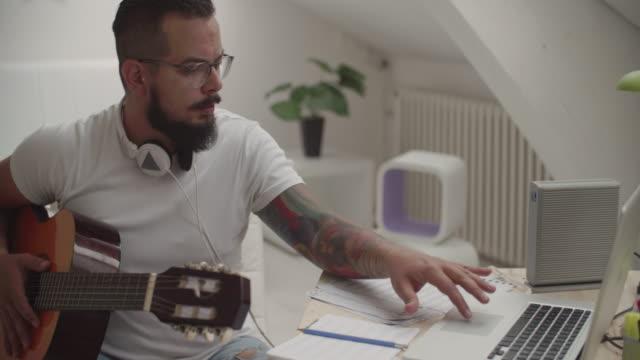 4 K : Homem trabalhando em seu estúdio de gravação. - vídeo