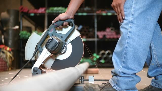 mann arbeitet in schlauch lager - kreissäge stock-videos und b-roll-filmmaterial