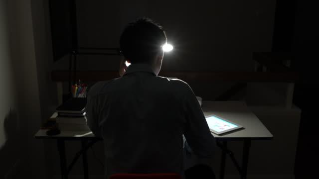 vídeos de stock, filmes e b-roll de homem trabalhando até altas horas da noite - fazer serão