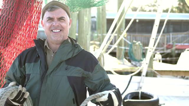 商業漁業のボートのロープを巻取りで作業する人 - 漁師 外人点の映像素材/bロール