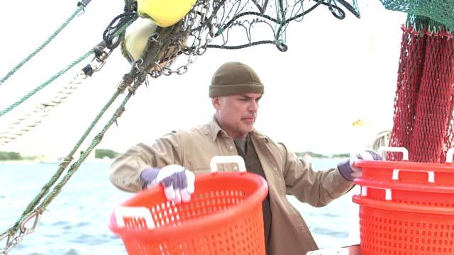 スタッキング バスケット商業漁船で作業する人 - 漁師 外人点の映像素材/bロール
