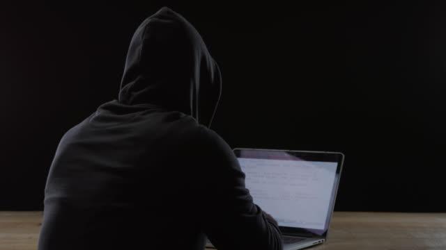 Mann arbeitet am Computer – Video