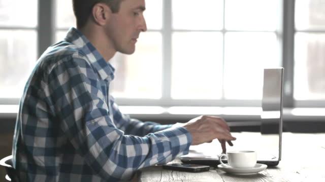 vídeos y material grabado en eventos de stock de hombre trabajando en la computadora portátil - estilo de vida rural