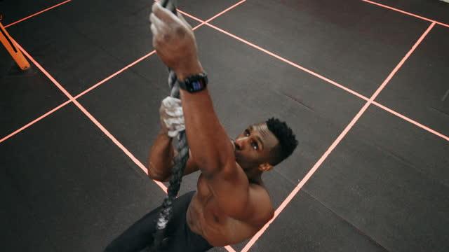 ロープを登るジムで運動する男 - クロストレーニング点の映像素材/bロール