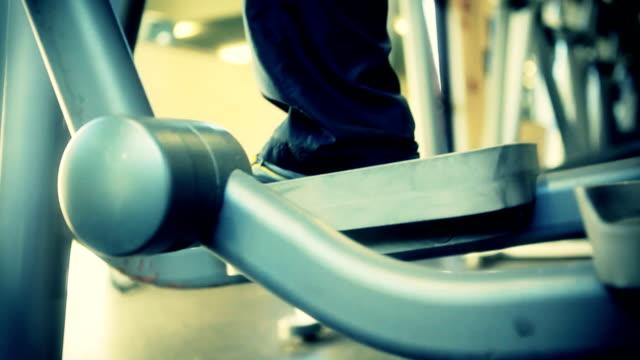vidéos et rushes de homme faisant de l'exercice dans notre club de remise en forme - un seul homme d'âge mûr