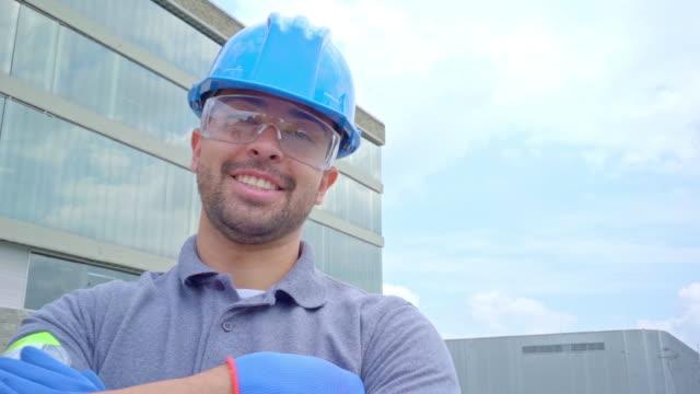 mann arbeitet außerhalb eines lagers mit seinen sicherheitselementen - lateinische schrift stock-videos und b-roll-filmmaterial