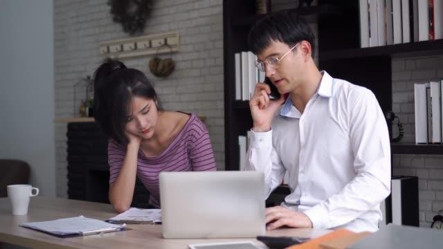 mann, der sprechende telefon im büro mit sekretärin arbeitet. - unterordnung stock-videos und b-roll-filmmaterial