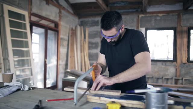 bir testere ile çalışan adam - döner lamalı testere stok videoları ve detay görüntü çekimi