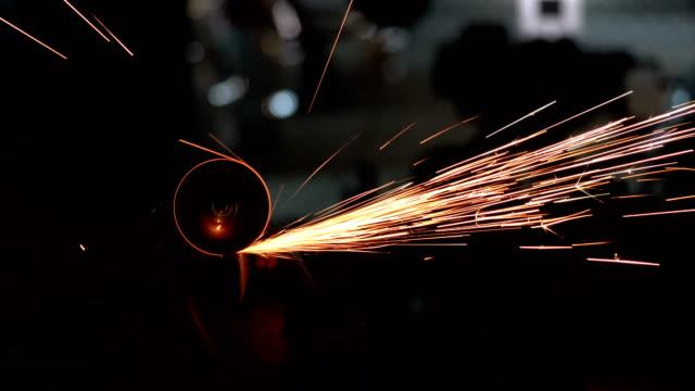 vídeos y material grabado en eventos de stock de hombre funciona como un molino. cerca de herramienta, sparks fly - descarga eléctrica
