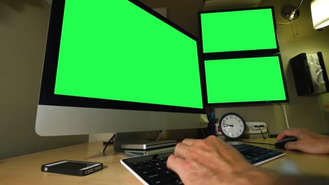 男性には、コンピューターワークステーションを完備。モニターにグリーンスクリーンをカスタムメイドのイメージです。ルミナンスマット、オプションです。 - pc 画面点の映像素材/bロール