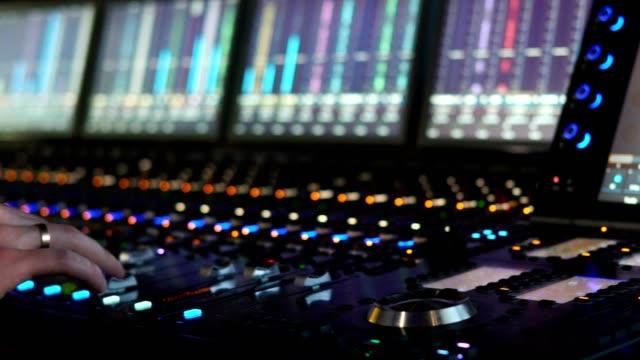 ein mann arbeitet in einem aufnahmestudio an einem mischpult. hände schließen - aufnahmestudio stock-videos und b-roll-filmmaterial