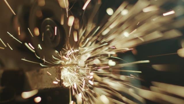 vídeos de stock, filmes e b-roll de homem trabalha com um moedor em sua garagem fazendo faíscas incríveis - vídeo de estoque - ferro metal