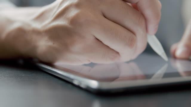 man writer schreibt seine idee und geschichte auf digitalem tablet. - storytelling videos stock-videos und b-roll-filmmaterial