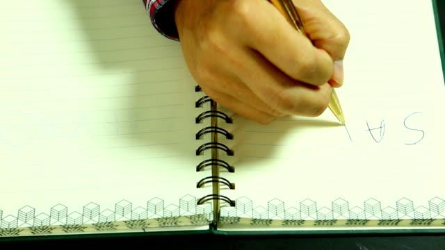 Mann schreibt retten Erde Wort, auf dem Buch – Video
