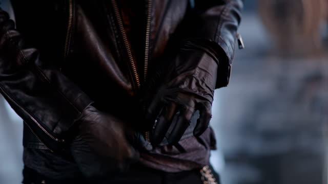 産業のバック グラウンドで革のジャケットをビュンと男 - 革点の映像素材/bロール
