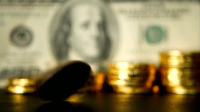관리 효율성입니다. 황금 동전 달러 노트 배경에의 증가. 회전, 트위스트, 소용돌이 페니 - 이율 스톡 비디오 및 b-롤 화면