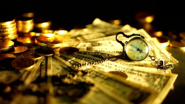 effizienz des managements. stapel von goldmünzen dollarnoten auf schwarzem hintergrund. erfolg der finance-geschäft, investition - amerikanische geldmünze stock-videos und b-roll-filmmaterial