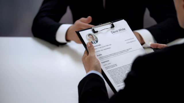 HR manager crossing job applicant name out resume during interview, failure