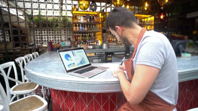 Gerente, fazendo os livros em um restaurante - vídeo