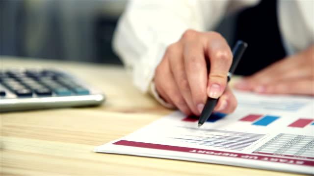 vídeos y material grabado en eventos de stock de administrador examina las estadísticas de inicio - hipotecas y préstamos