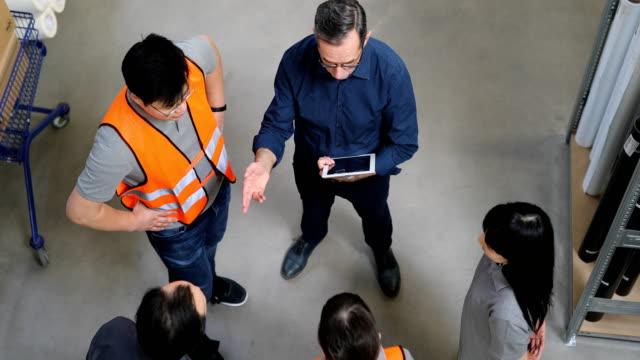 chef som förklarar team över digital tablet - gemensam samlingsplats bildbanksvideor och videomaterial från bakom kulisserna
