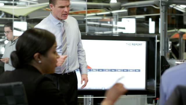 MS マネージャー、財務報告書の提示 ビデオ