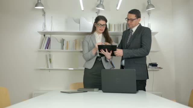 Manager Unterzeichnung Jahresbericht – Video
