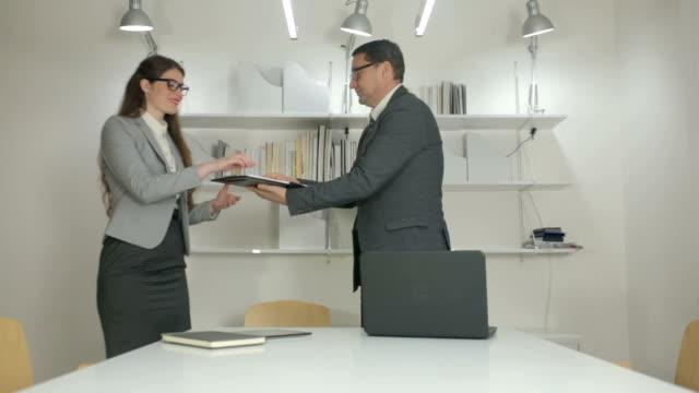 Manager Unterzeichnung Zeitungen – Video