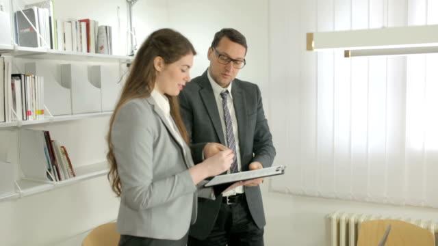 Manager Unterzeichnung des Formulars – Video