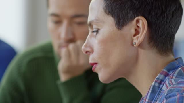 manager mit tablet arbeiten mit kollegen diskutieren - weibliche führungskraft stock-videos und b-roll-filmmaterial