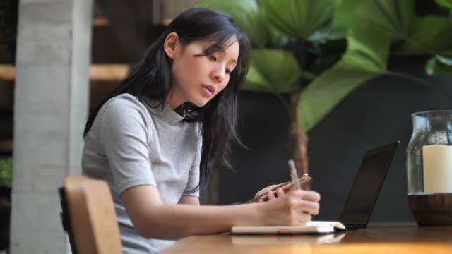 manager woman working at cafe - продвижение трудовые отношения стоковые видео и кадры b-roll
