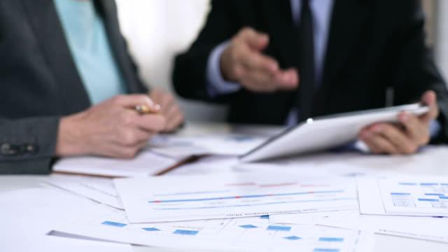 chefer kontrollera informationen i tablett, online register, teknik i näringslivet - accounting bildbanksvideor och videomaterial från bakom kulisserna